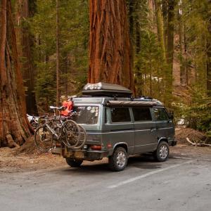 【簡単改造】車中泊やキャンプ初心者へ、手間いらずの車内収納アイデア4選