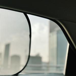 車の運転中にカーテンやサンシェードを取り付けて捕まった?理由を解説。
