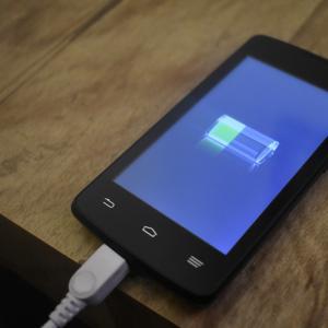 キャンプ向け充電アイテムは各容量モバイルバッテリーで何回使えるか