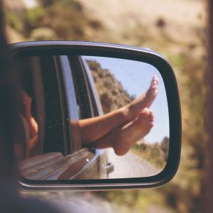 運転はなぜ疲れるのか?右足、右膝、太ももが痛い原因も合わせて解説