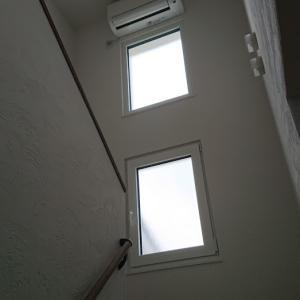 2階のエアコンの位置。設置位置が高すぎて掃除がしにくいよの話