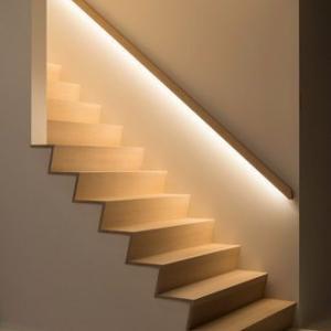 階段の照明は、手すり埋め込み型間接LED照明で