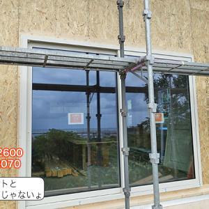 大雨に備えてサッシはめ&窓塞ぎ。大きな窓取付、土台水切り