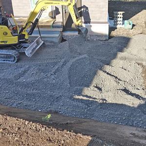 外構工事(盛り土、玄関前に砕石で床作り、アスファルトで駐車場)