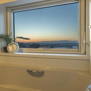 お風呂は二階に設置、大きな窓から大自然の絶景を見られます