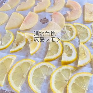 旬の清水白桃と、旬ではない広島レモン。桃が熟れてきたので…。