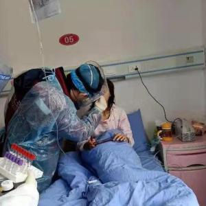 新型ウイルス、国内で渡航歴ない患者が相次ぎ判明-初の死者も