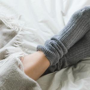 靴下はいたまま就寝はNG? 冷えて寝つきが悪い時の解消法