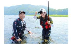 『バスプロ』がアユ釣りに初挑戦 水遊び感覚で「アユおもしれー!」