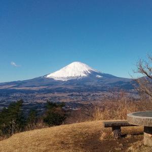 冬の足柄峠 絶景の富士山にみとれた後は夕日の滝でマイナスイオン