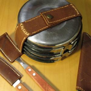 革工芸⑫  キャンプ用品 革のベルトを使うと安価なクッカーでも高級感?