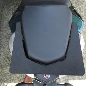 小さなリアシートでもシートバッグをしっかり固定 スポンジゴムでベース自作