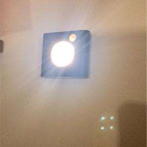 収納クローゼットが暗いを解決【IKEA】ワードローブ照明人感センサー付きOLEBY(オーレビー)