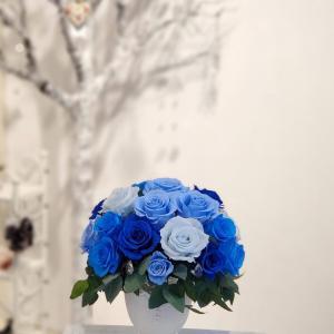 ブルーとクリスタルの輝きが美しいアレンジメント