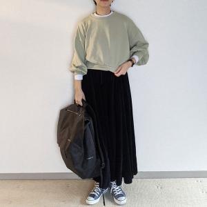 春色スウェットはショート丈。マキシスカートと合わせて大人カジュアルに~kutir(クティール)