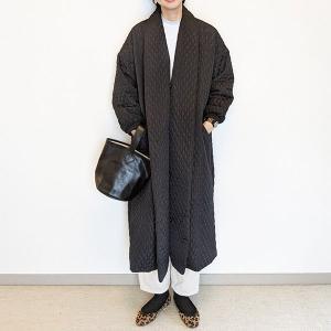 上品に決まる韓国ブランドのコート。雨の日も気分が上がります!