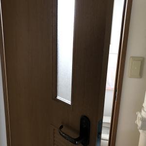 アラ還お一人様はトイレに入る時、絶対ドアを閉めてはいけない。