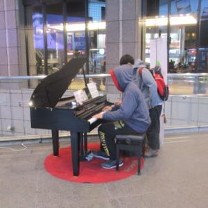 駅ピアノ in JR大阪駅・・・寒風の中、フードをかぶってジャズピアノを弾く若者・・・元気をもらいました