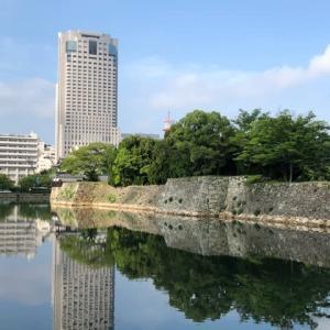 徒歩で通勤 広島城あたりは、晴れ ウォーキングで気分爽快