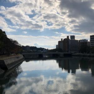 師走です・・・今日の広島市は晴れ・・・京橋川の水面に映る雲が綺麗です