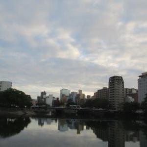 広島市の夕暮れ・・・仕事終わり 気持ちを癒してくれる夕刻です・・・リバーサイドに爽やかな風が吹いています