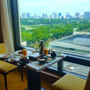 ザ・ペニンシュラ東京 〜皇居外苑を眺めながらインルームダイニングでの優雅な朝食〜