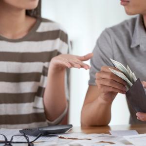 妻が財布を握っている家庭は45%! 旦那は、幸せか?不幸せか?