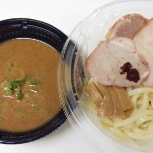 セブンイレブンの中華蕎麦とみ田監修濃厚豚骨魚介冷しW焼豚つけ麺はモチモチ極太麺にザラザラ魚粉つけスープ