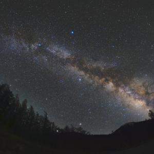 フィッシュアイで撮る天の川のアーチ
