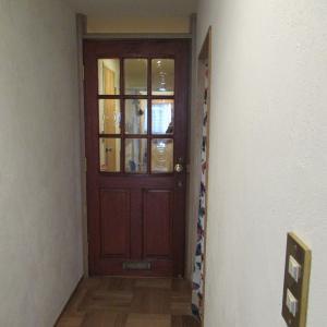 廊下にアンティークドアがつきました