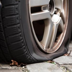タイヤがパンクした時にとるべき対処法まとめ
