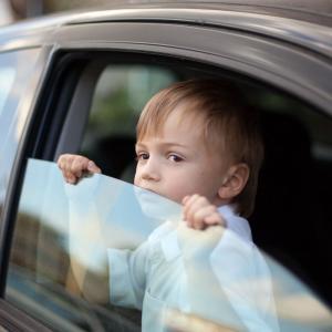 子供を車に残してさえおけば駐車違反にはならない?