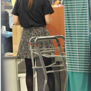 【画像】深田恭子さん、黒マスク&ミニスカ姿でスーパーで買い物する様子をフライデーされてしまう