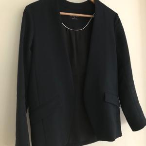 着用回数104回、着用単価228円の「ネイビージャケット」。お仕事コーデの主役。
