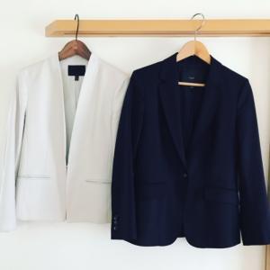 仕事服の「土台」は、2着のスーツ。インナー6枚でコーデは24パターン。