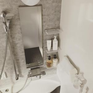 お風呂のインテリアは「白ベース」。掃除道具をちょこっと入れ替え