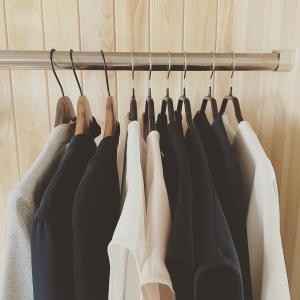 「色」を、むやみに増やさない。夏のクローゼットは、全部で19着。