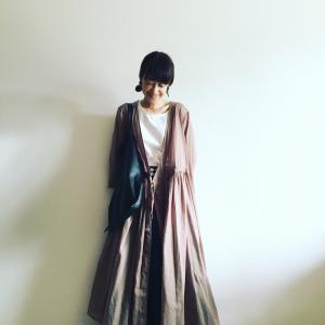【今日のコーデ】暑さの残る日は、羽織るだけでキマるカシュクールワンピースが使える!