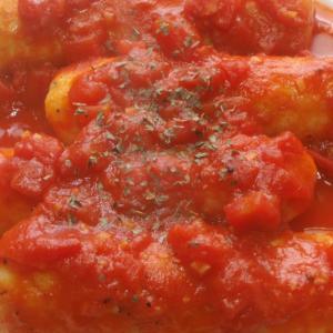 ウインナーとチーズ包み巨大ニョッキのトマトソース煮