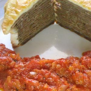 ワンタンと牛ミンチのミルフィーユチーズ焼き トマトソース添え