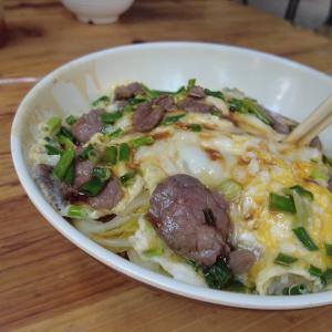 中国の牛肉玉子どんぶりは美味しい。滑蛋牛肉饭。Chinese beef egg bowl is delicious.