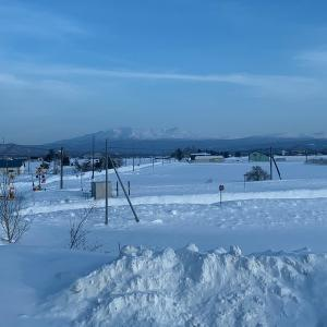 飛行機雲と綺麗な雪原