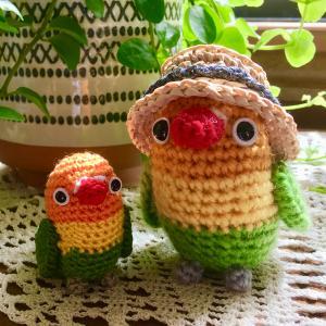 刺繍糸でボタンインコを編みました