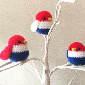 トリコロールの小鳥を編みました