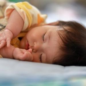【横向き寝しようとして寝ない】ネントレ中の横向き寝対策