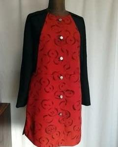 朱色の道行×黒の膨れ織の羽織で ノーカラーコート