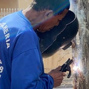 ブラジルの鉄の匠の腕を見て!お寺の門前に手すりが付きます。錠前も治りました。