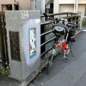通勤の人でいっぱいの二子玉川駅前の歩道には、江戸の古い地図がありました