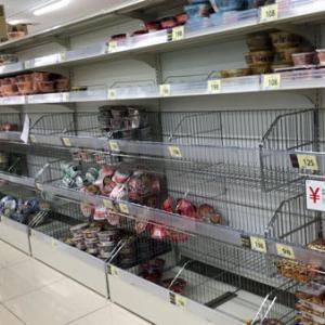 スーパーマーケットの陳列棚がカラッカラ
