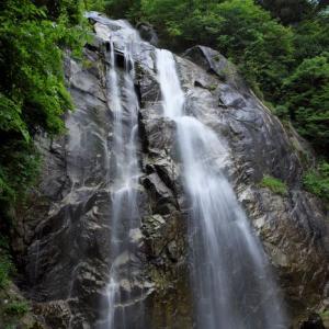 新緑の滝しぶき
